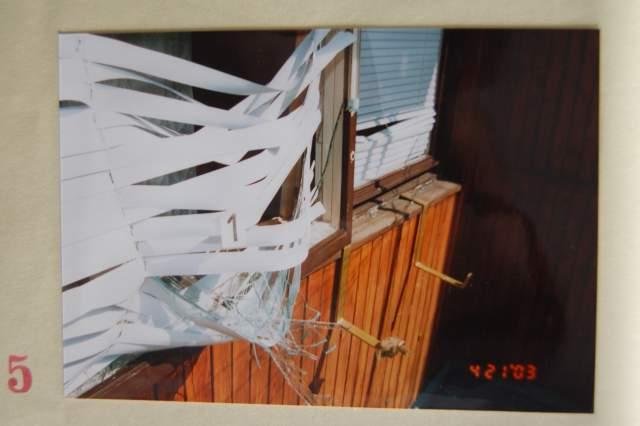 Poškození žaluzií u balkonového okna