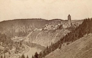 Zvíkov na vysoké skále, ještě před napuštěním Orlické přehrady (foto: Wikipedia)